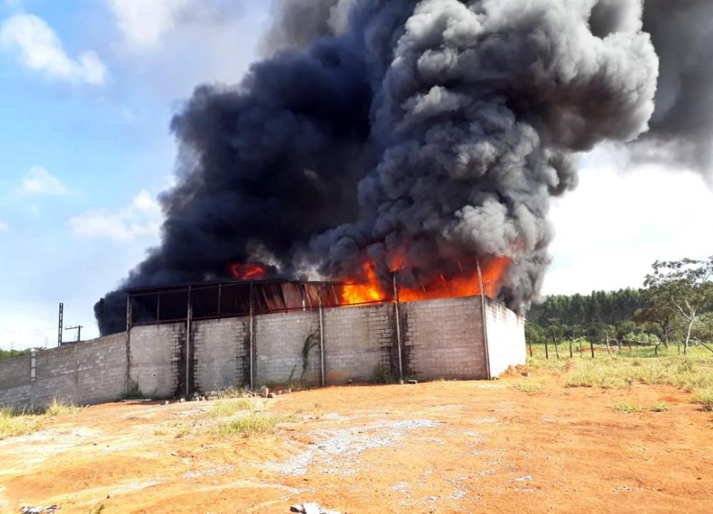 Depósito de recicláveis pega fogo em Boa Esperança, MG
