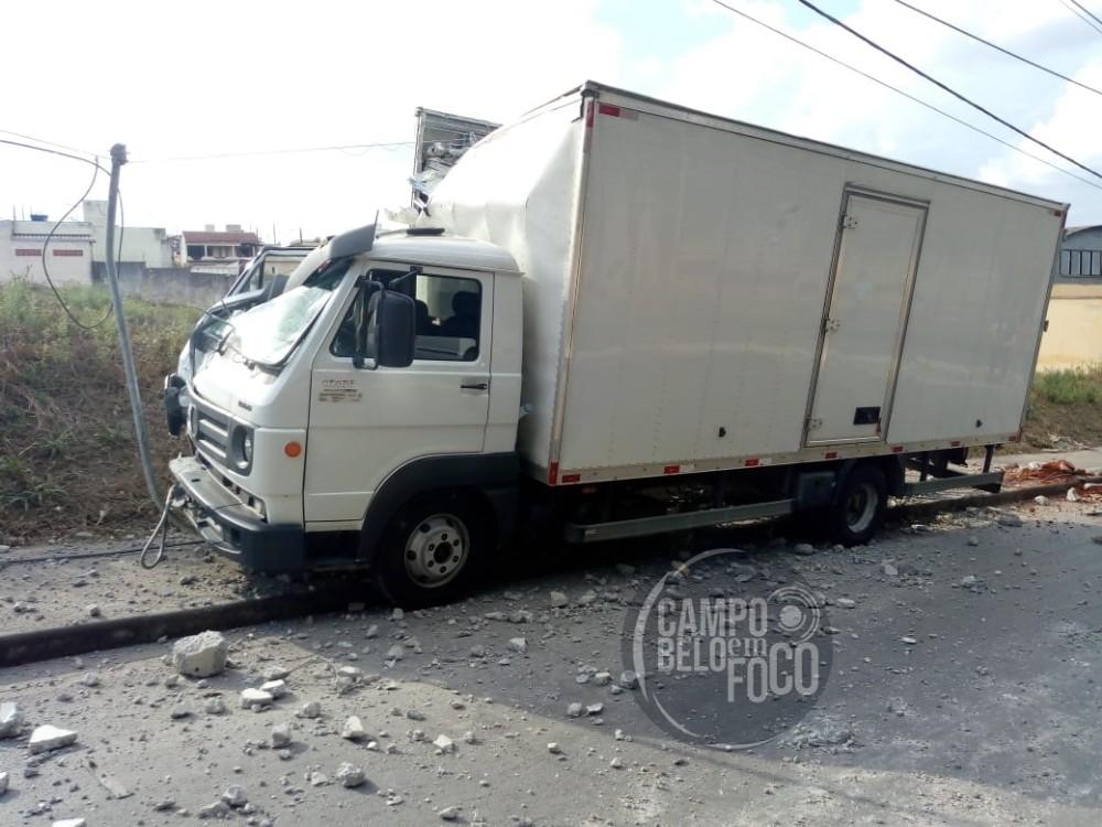 Motorista passa mal e bate caminhão em poste na rua Jéferson Tagliaferi