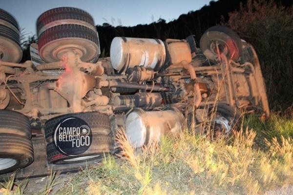 Scania carregada de ração tomba na BR-354, próximo a Toscano