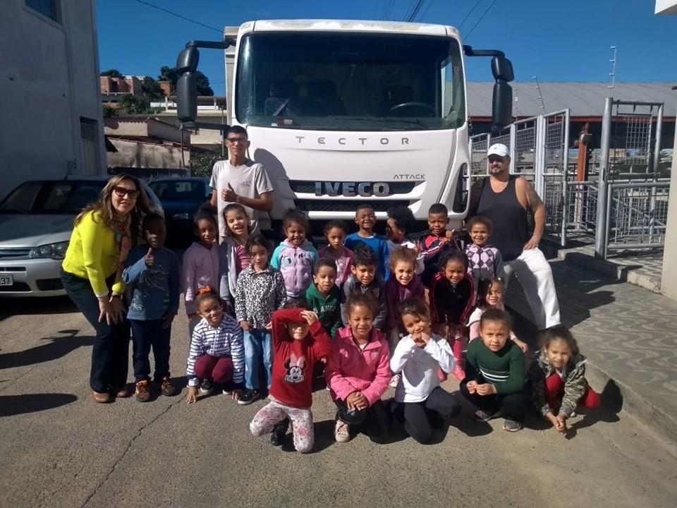 Profissionais da coleta de lixo visitam CEMEI e encantam alunos sobre a conscientização do Dia do Meio Ambiente