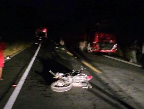 Candeense morre após bater moto de frente com carreta, veja!