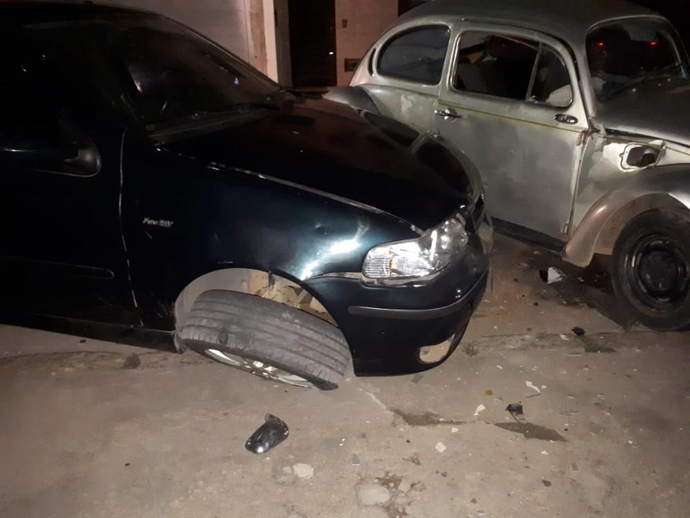 Motorista bate em carro parado e foge