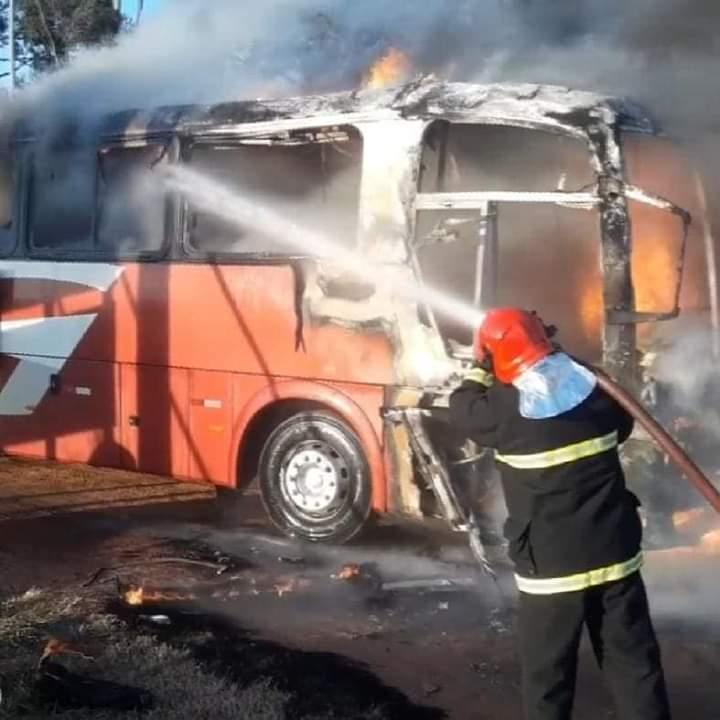 Ônibus pega fogo no Trevo do Gato Preto, em Lavras