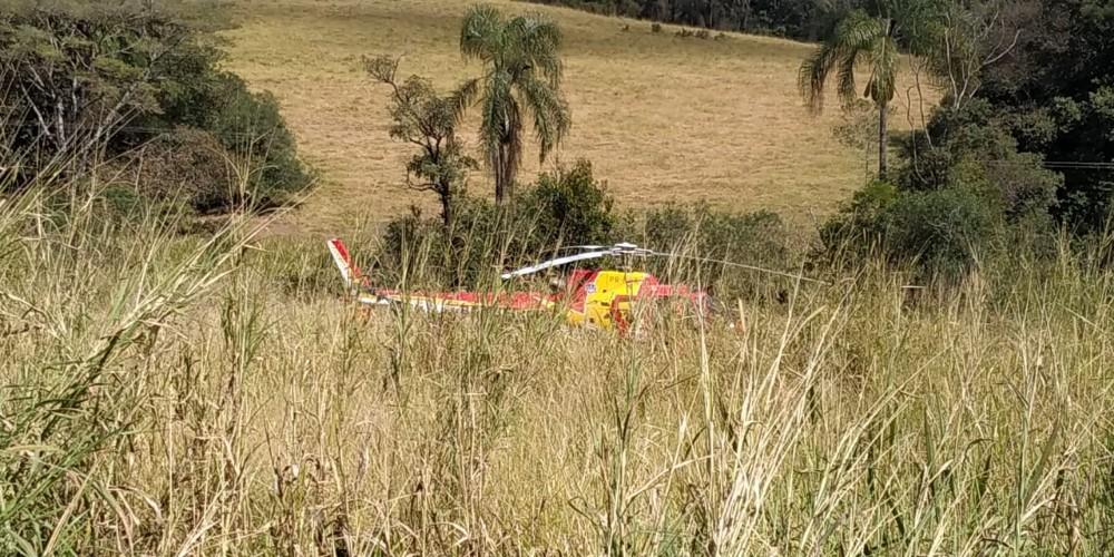 Carreta cai em barranco na BR-354 em Cana Verde e deixa uma pessoa ferida