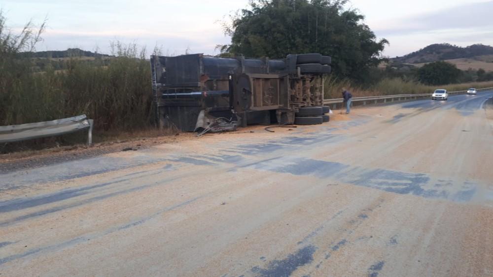 Reboque de carreta bitrem se solta e deixa trânsito lento na BR-354 em Campo Belo