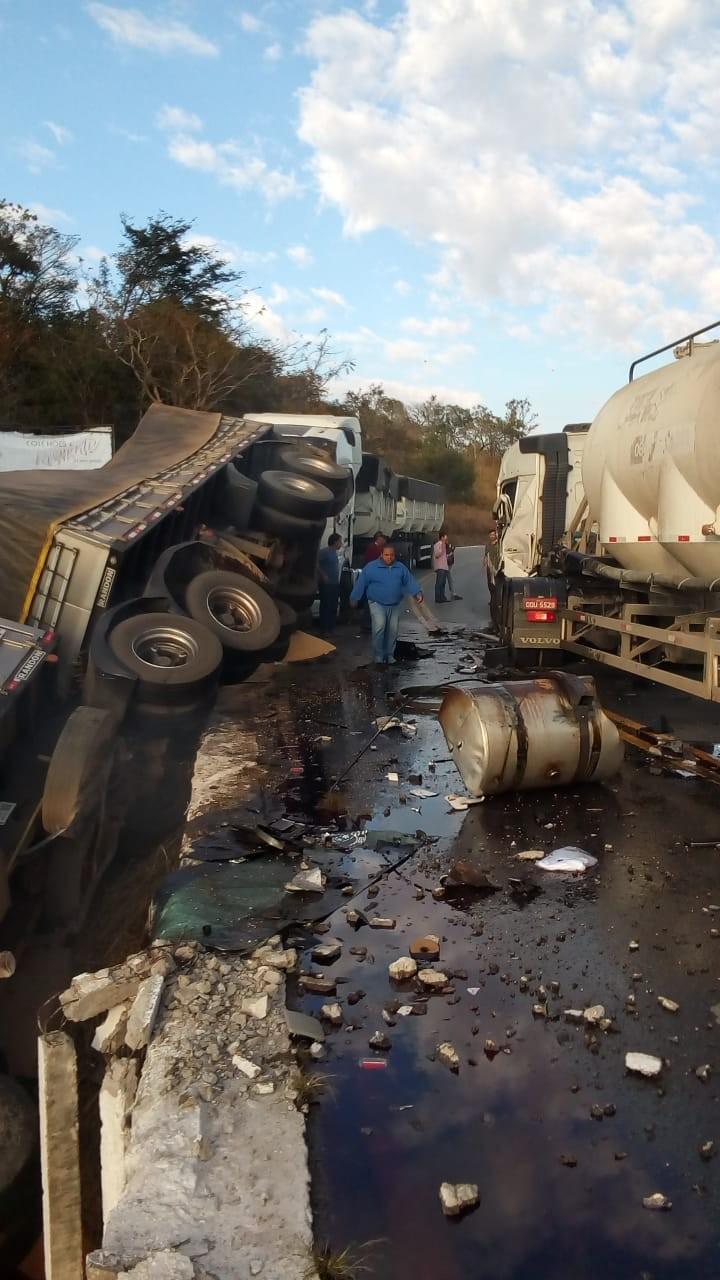 Acidente grave envolvendo três carretas foi registrado na BR-265 em Itutinga