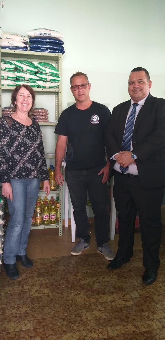 Direção da Seleção de Campo Belo entrega litros de óleos arrecadados a Escolinha Pedacinho do Céu