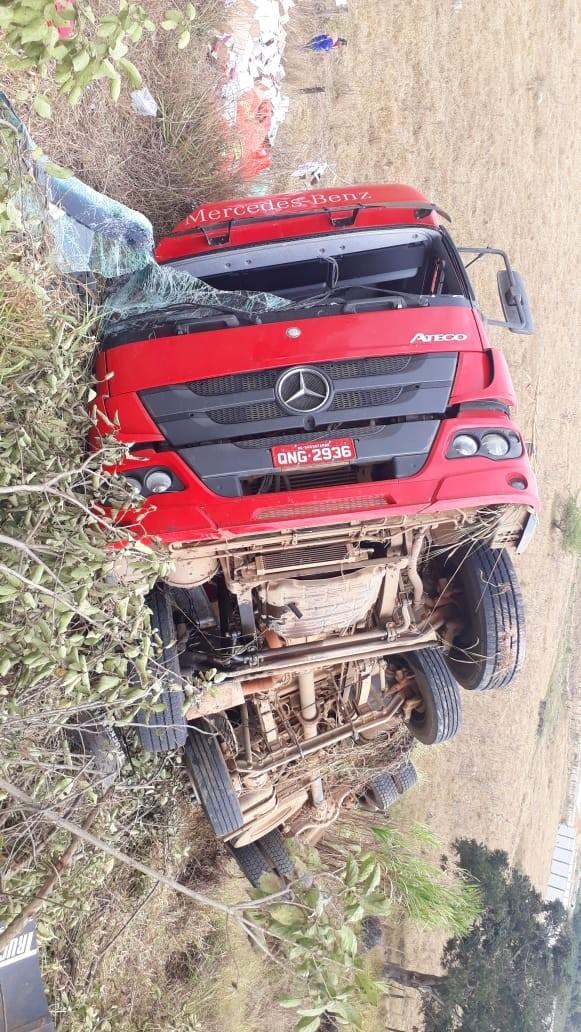 Carreta carregada com alho cai em ribanceira na BR-354, próximo a AABB