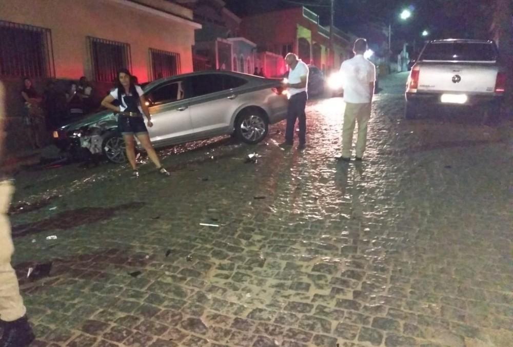 Veículo desgovernado atinge dois veículos em Candeias