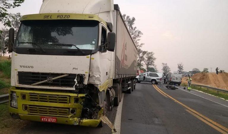 Uma jovem e uma adolescente morreram em um grave acidente entre moto e caminhão em passos