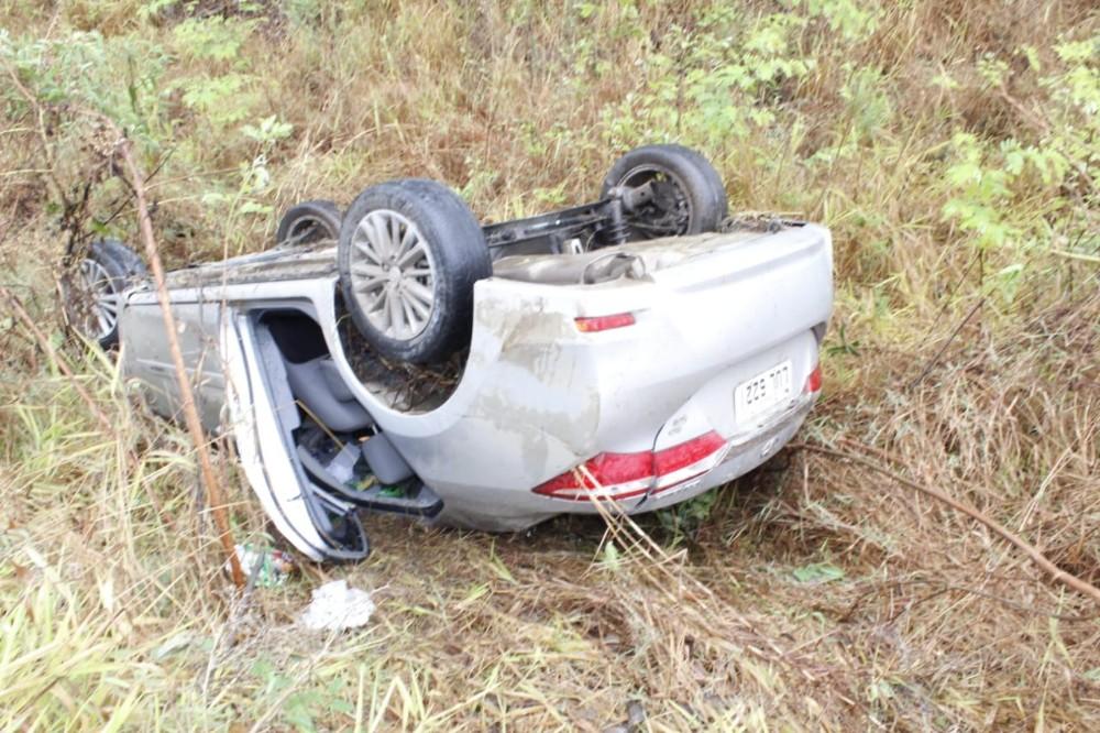 Carro cai em barranco e deixa mulher gravemente ferida