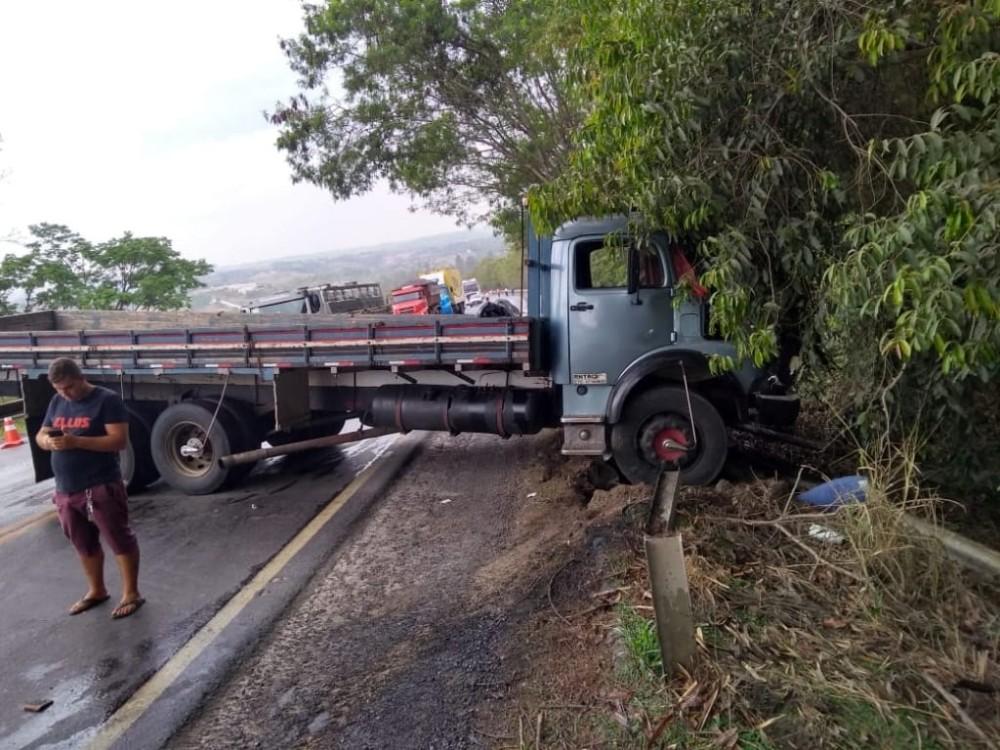Acidente envolvendo caminhão com placa de Campo Belo e outros dois veículos é registrado na BR-354
