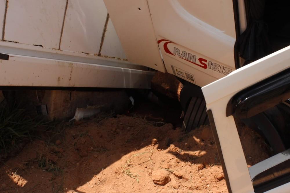 Scania carregada de algodão tomba na BR-354, entre Campo Belo e Cana Verde