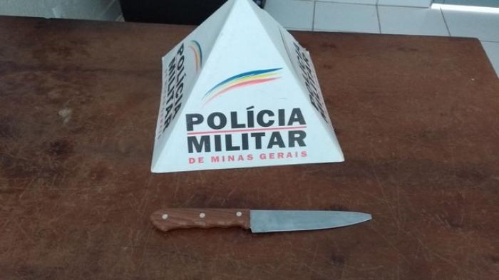 Homem é contido pela Polícia Militar com faca no centro de Campo Belo dizendo que iria matar alguém