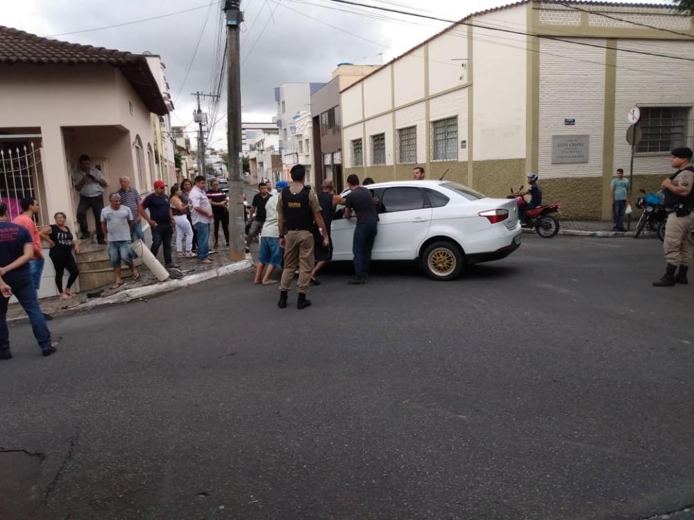 Carro desgovernado bate em moto e quase invade casa no centro de Campo Belo