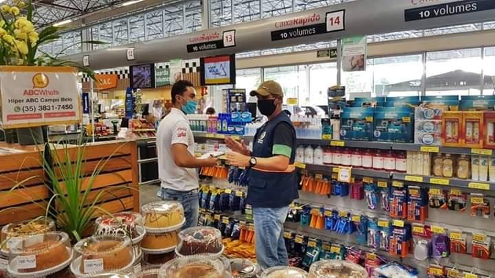 Serviço de Fiscalização Municipal fiscaliza supermercados e orienta gerência e consumidores